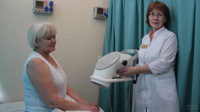 Пациентка и сотрудница физиокабинета у аппарата