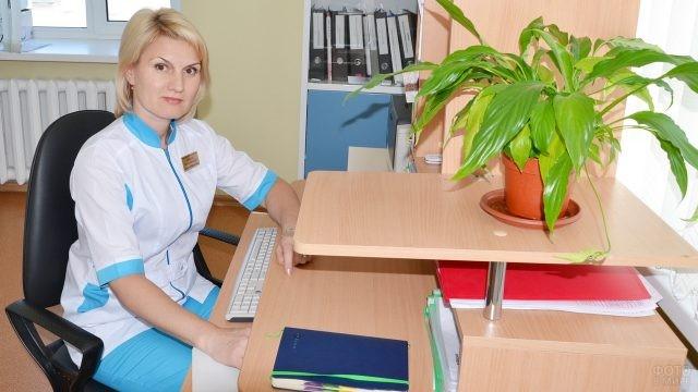 Старшая медицинская сестра за столом