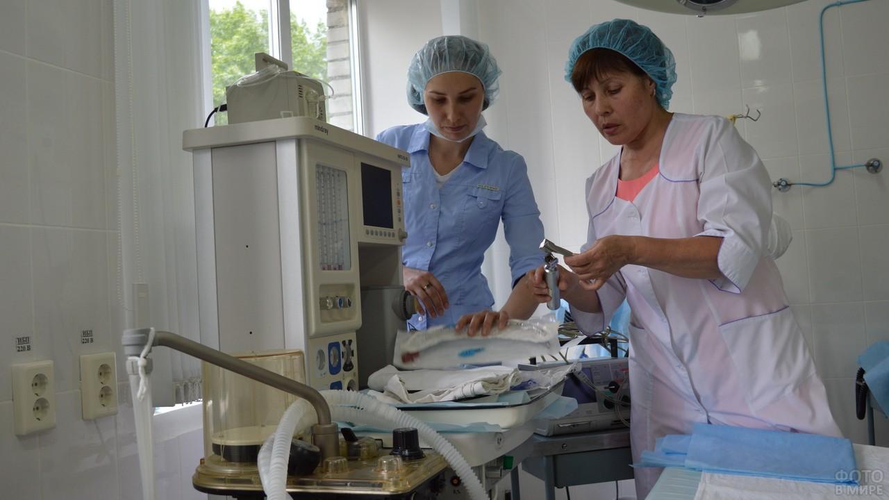 Старшая медсестра учит младший персонал