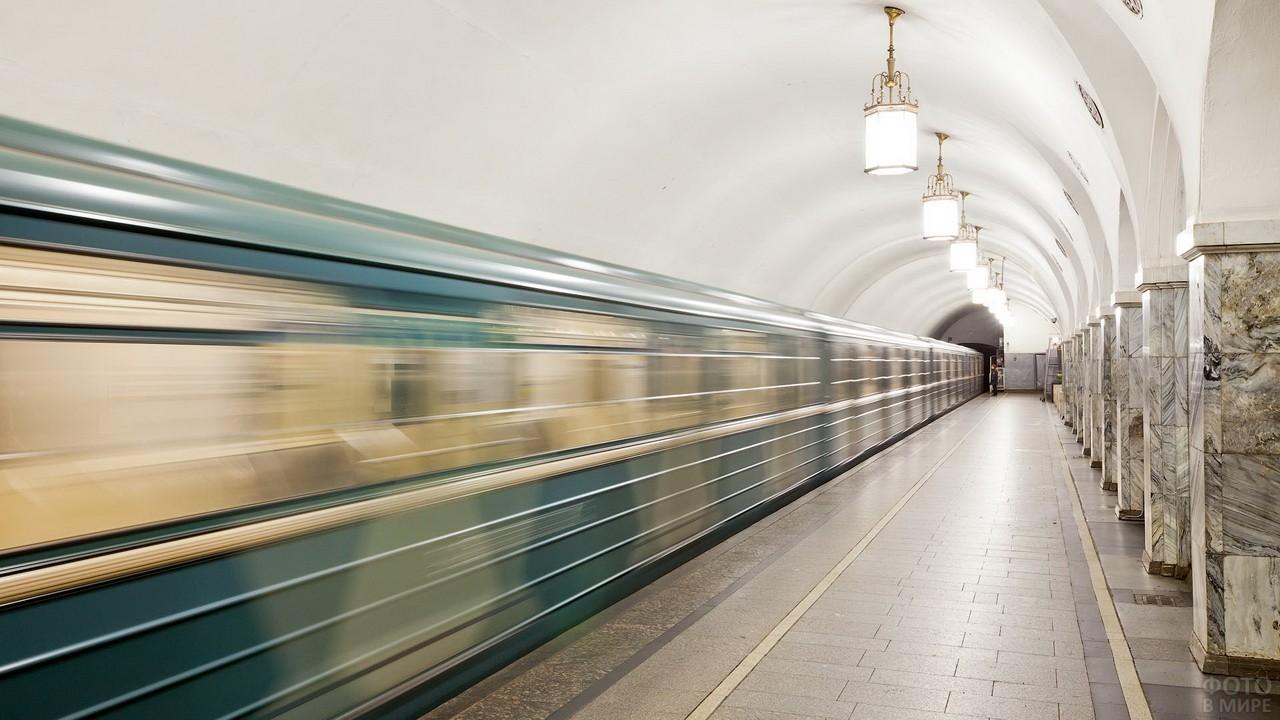 Движущийся поезд на станции