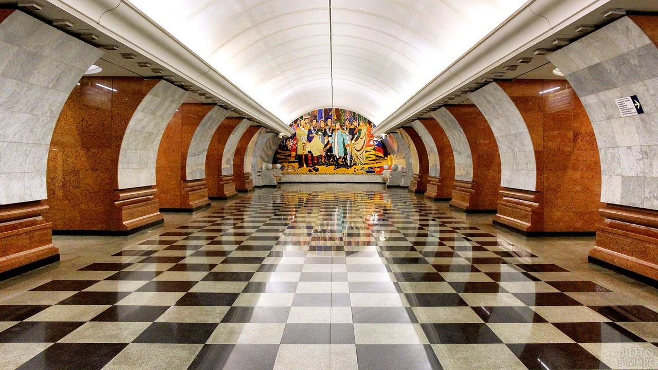 Глянцевый пол и колонны в метро