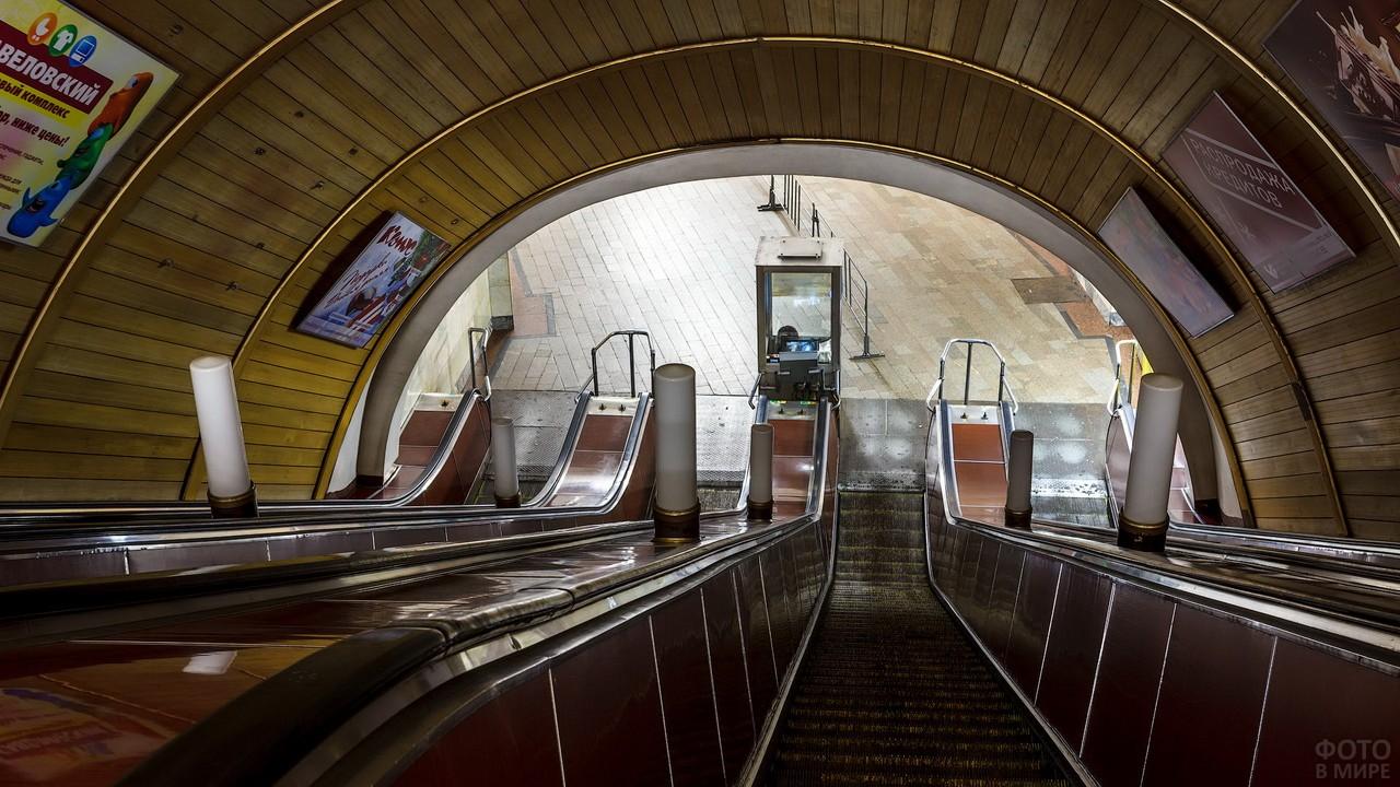 Эскалатор на Новослободской станции