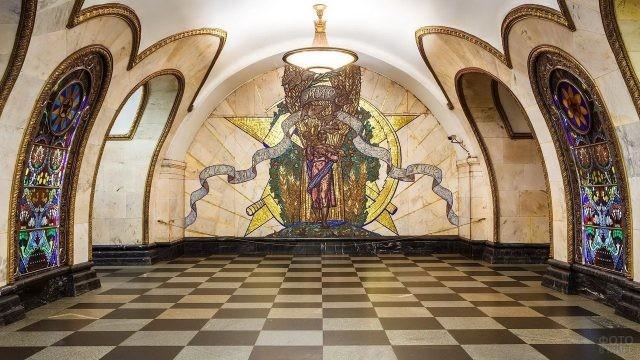 Картина на стене Новослободской станции