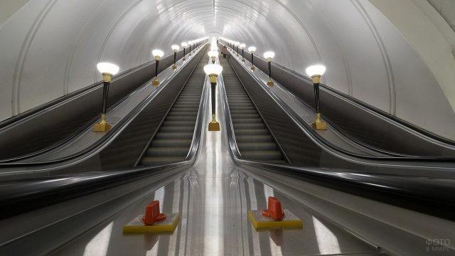 Освещённый эскалатор светлых тонов