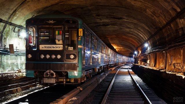 Поезд едет в туннеле метро
