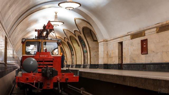 Специализированный поезд на станции в метро