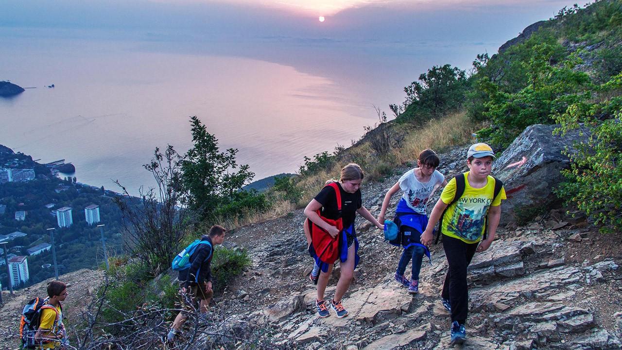 Поход в горы на закате дня