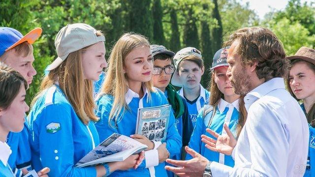Школьники на уроке географии