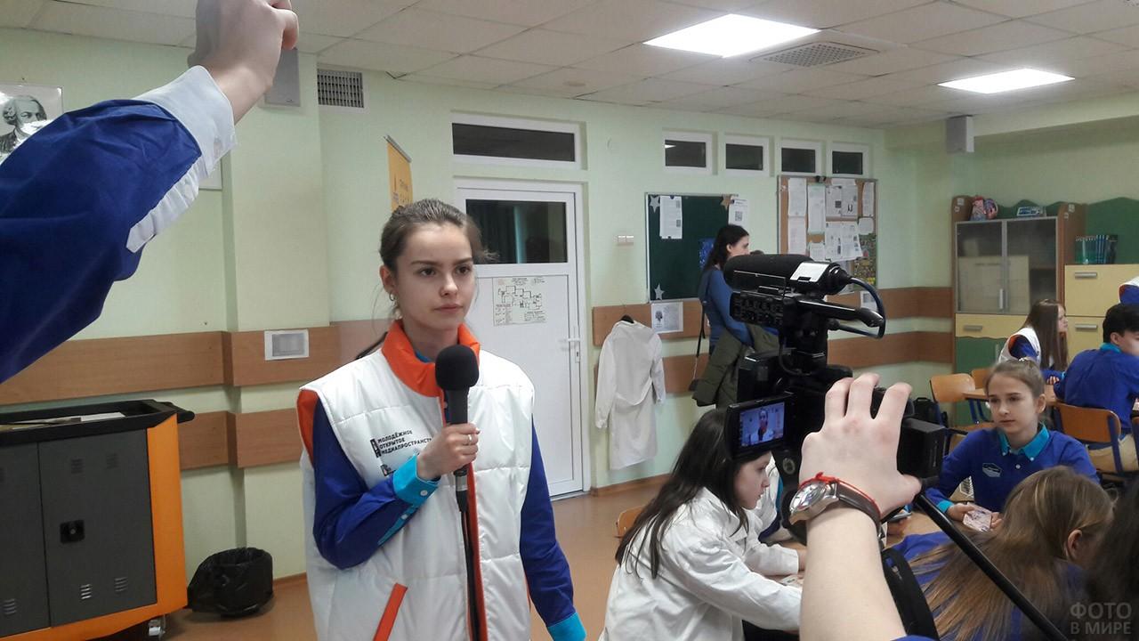Ученики телестудии снимают свой репортаж