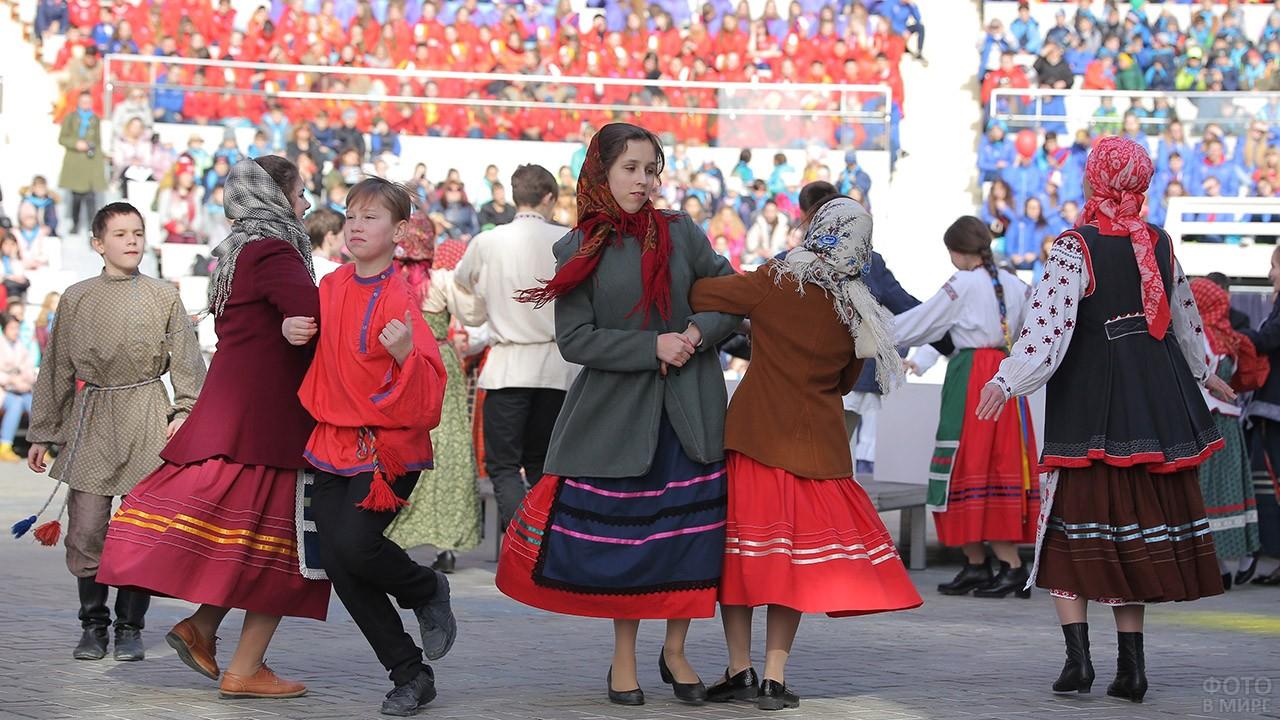 Выступление танцевального народного коллектива