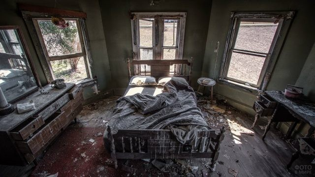 Брошенная мебель в комнате