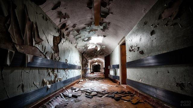 Облупившиеся стены в коридоре без окон
