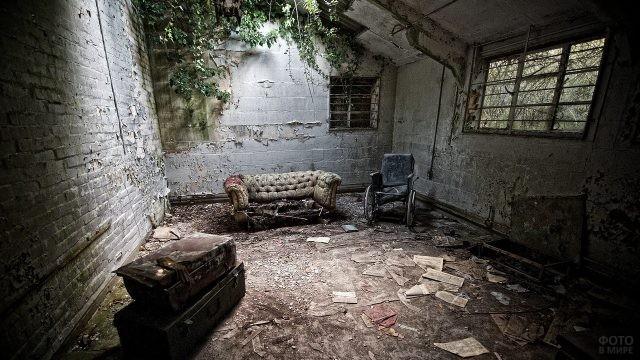 Старые вещи в кирпичной комнате