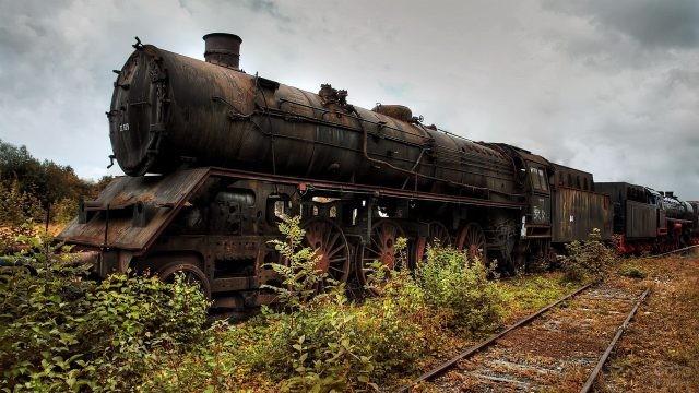 Старый паровоз на рельсах
