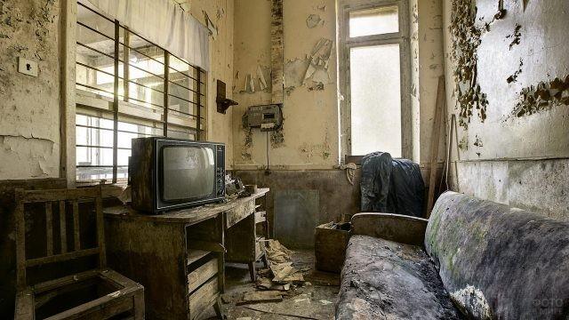 Телевизор в неухоженной комнате