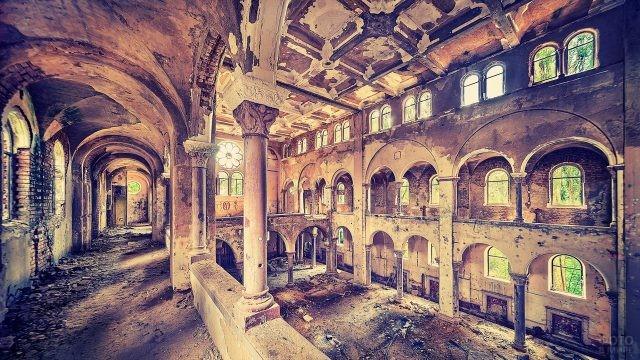 Внутреннее убранство заброшенного здания