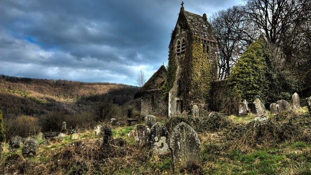 Заброшенная церковь среди могил
