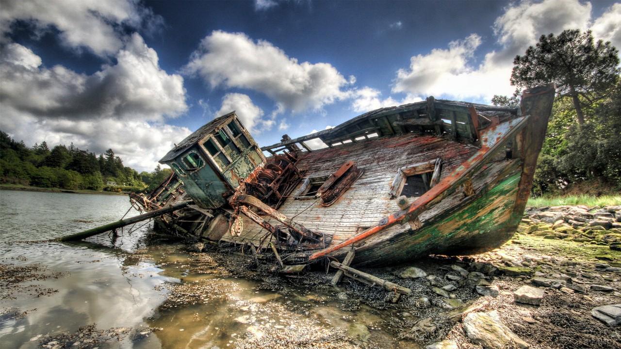 Заброшенный корабль на берегу реки
