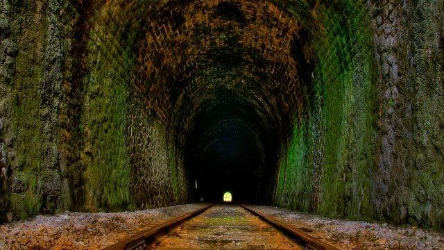Железнодорожный туннель с ржавыми рельсами