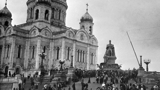Архивное фото памятника Александру III у подножья храма в 1917 году