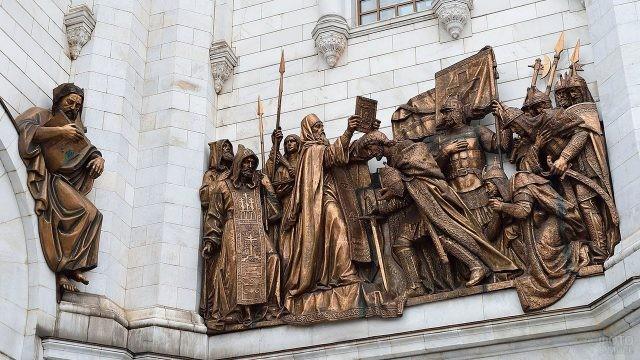 Бронзовые скульптуры на стенах храма