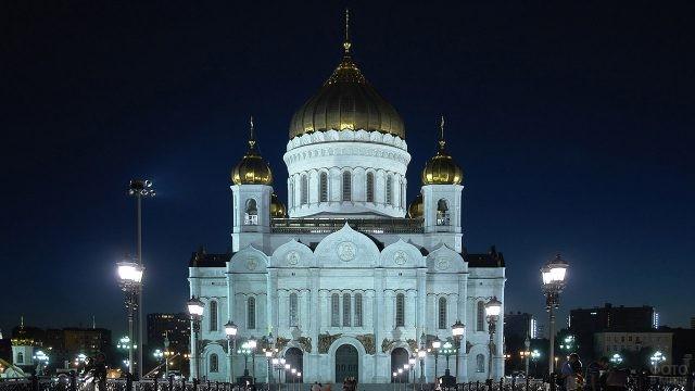 Ночная иллюминация моста и храма