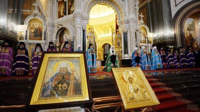 Патриарх и митрополиты перед алтарём