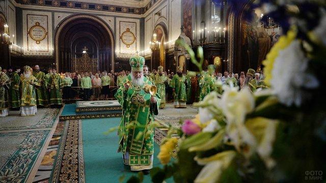 Патриарх во время праздничной службы