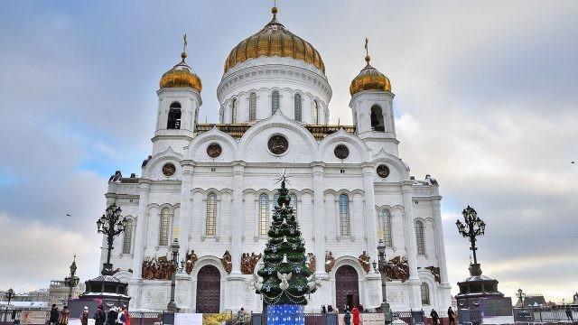 Рождественская ель на смотровой площадке у храма