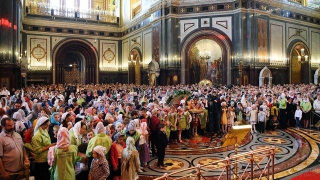 Семьи с детьми на Божественной литургии