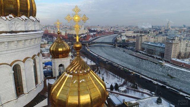 Вид на Москву из-за куполов Храма Христа Спасителя
