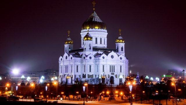 Вид на заснеженный храм зимним вечером