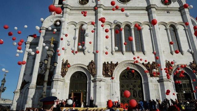 Запуск воздушных шариков перед храмом