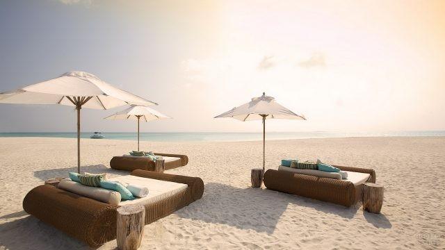 Кровати на песочном пляже