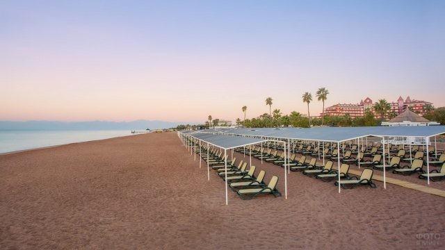 Навесы на пляже у отеля