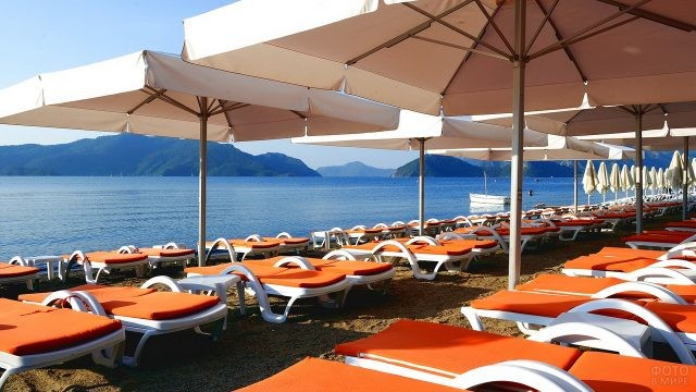 Оранжевые лежаки на пляже
