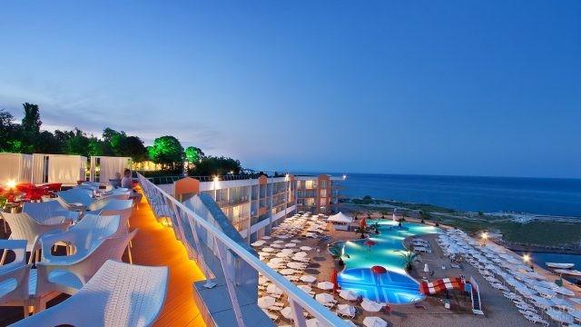 Открытый пляж у отеля с бассейном и видом на море