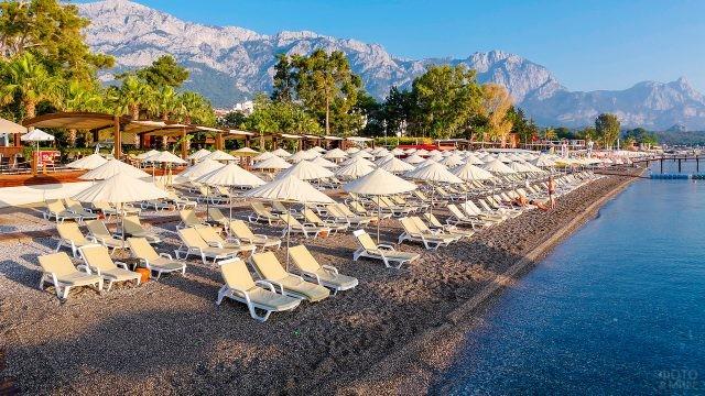 Пляж у отеля на каменистом берегу