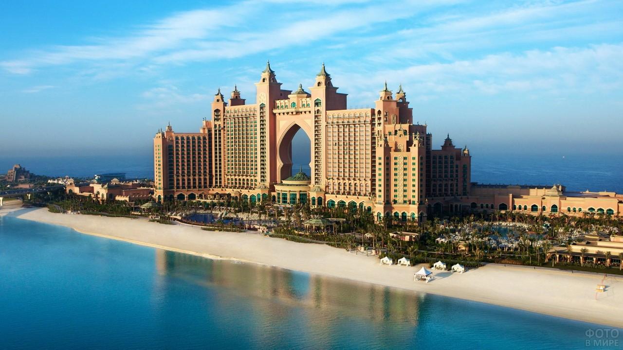 Пляж у отеля сверху в Эмиратах