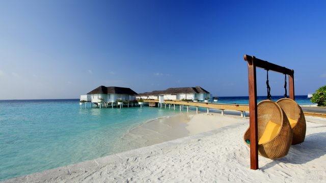 Подвесные кресла на берегу моря
