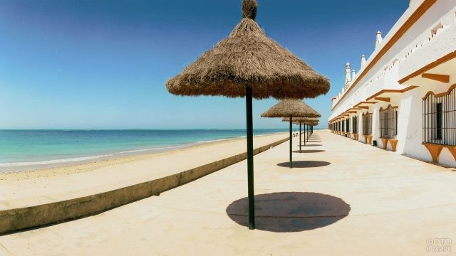 Соломенные зонтики на испанском пляже