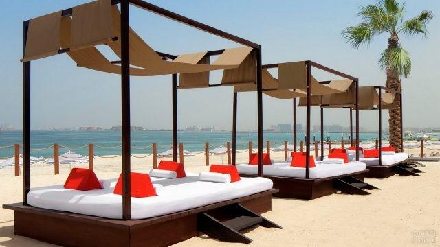 Современные места отдыха на пляже