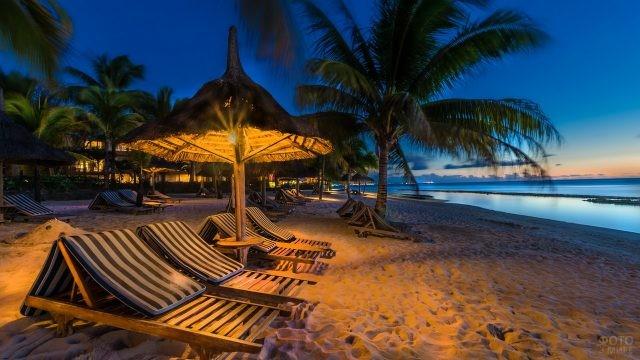 Вечерний пляж у отеля