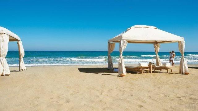 Влюблённая пара на пляже у тента