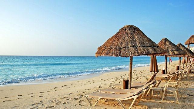 Зонтики и шезлонги на песке
