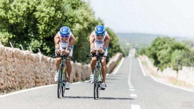 Два спортсмена едут по шоссе