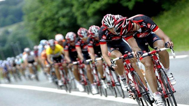 Первый велосипедист обернулся назад