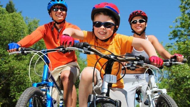 Семья на велосипедах на природе