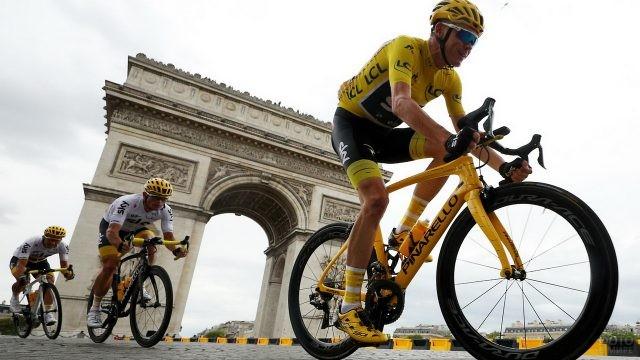 Спортсмены на фоне Триумфальной арки