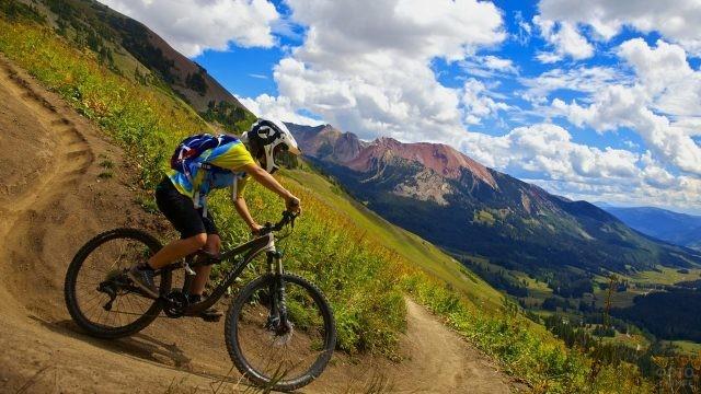 Велосипедист едет по серпантину